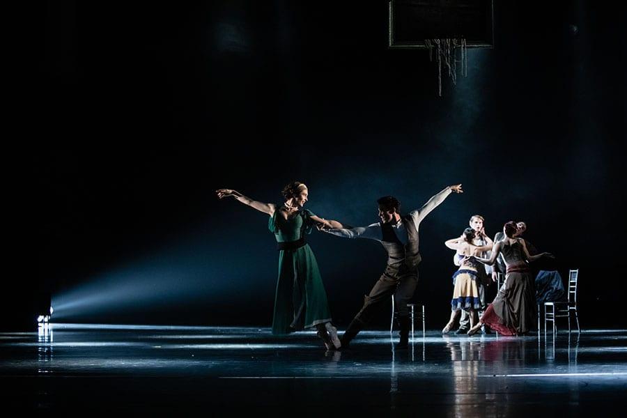 Veliki Gatsby: Yaman Kelemet, Petar Đorčevski in baletni ansambel; foto: Darja Stravs Tisu; vir: SNG Opera in balet Ljubljana